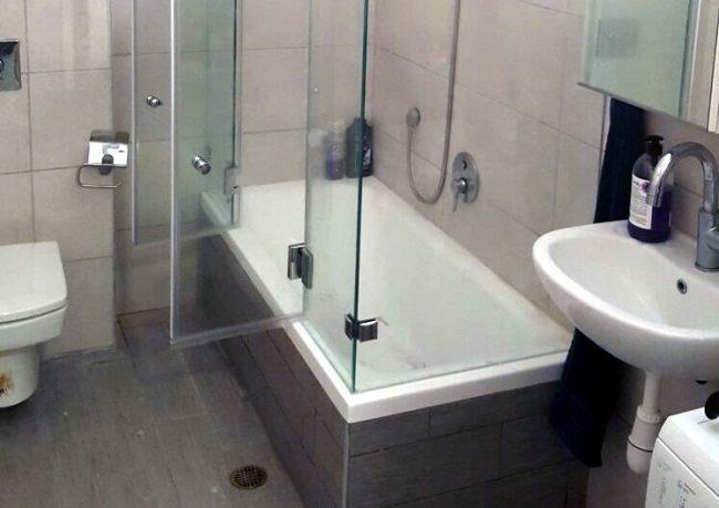 אמבטיון עם דלתות זכוכית נפתחות