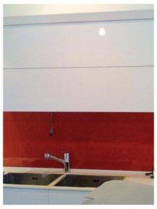 חיפוי קיר מזכוכית בגוון אדום