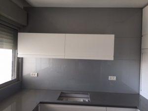 קיר זכוכית למטבח