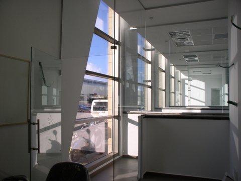 מחיצות זכוכית בבניין מודרני