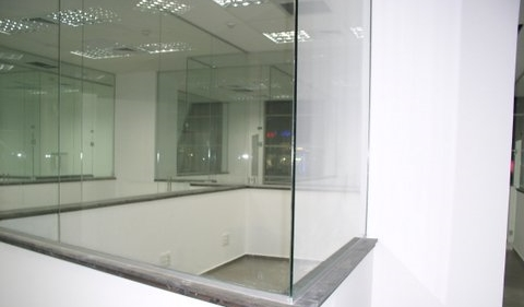 מחיצת זכוכית מרובעת