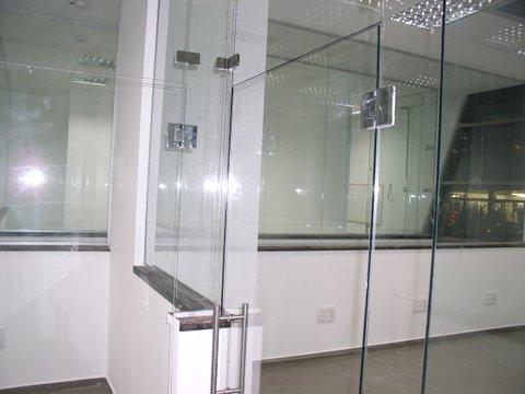 דלתות ומחיצות זכוכית