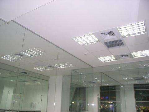 מחיצות זכוכית עד גובה התקרה