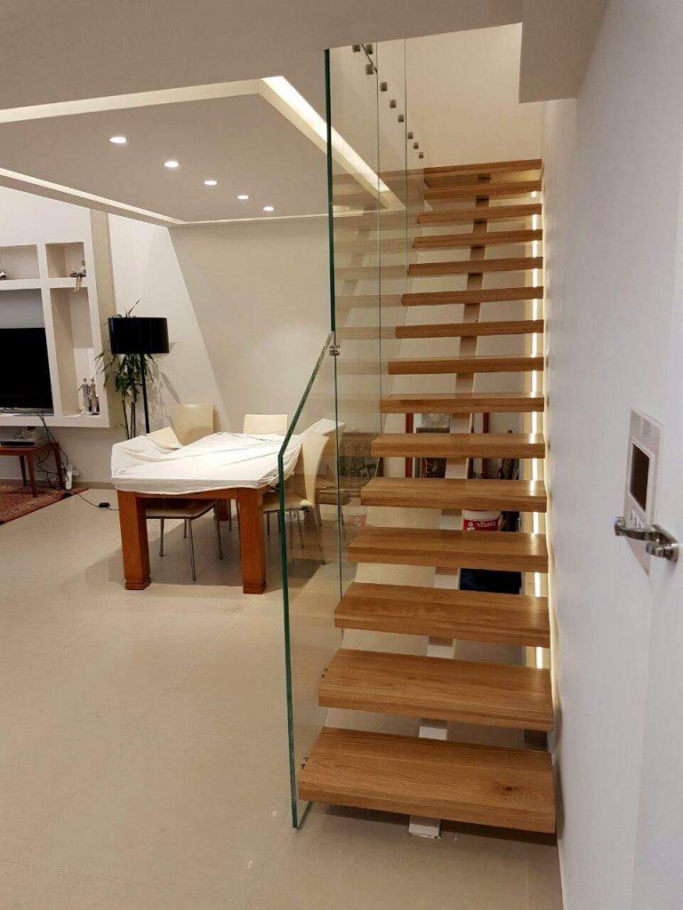 מעקה זכוכית במדרגות עץ