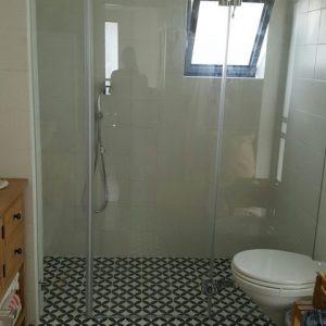 מקלחת חזית שקופה