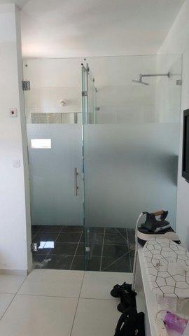 מקלחת חזית עם אלמנט צריבה