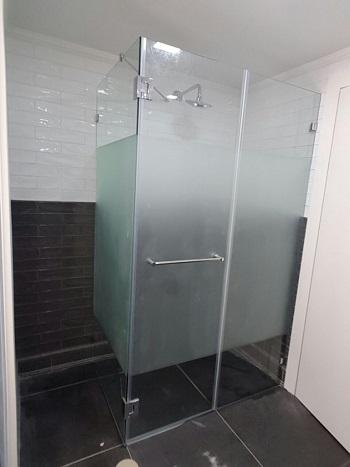 מקלחון פינתי מזכוכית מחוסמת